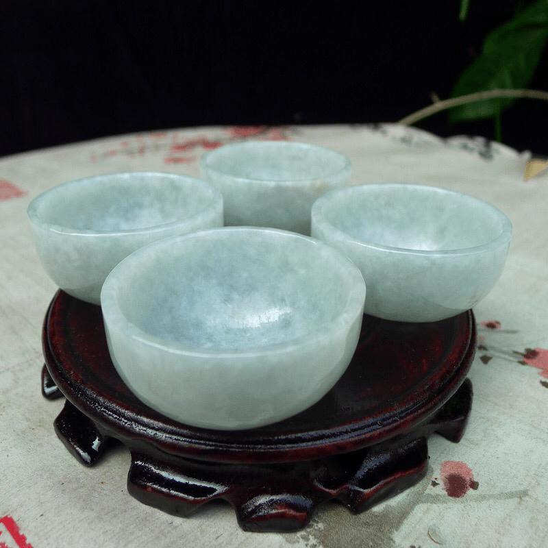 翡翠浅绿水润厚装大气上档次大茶杯,酒杯,四件套 可以使用。单杯尺寸直径55*高度28,杯厚约3.8m