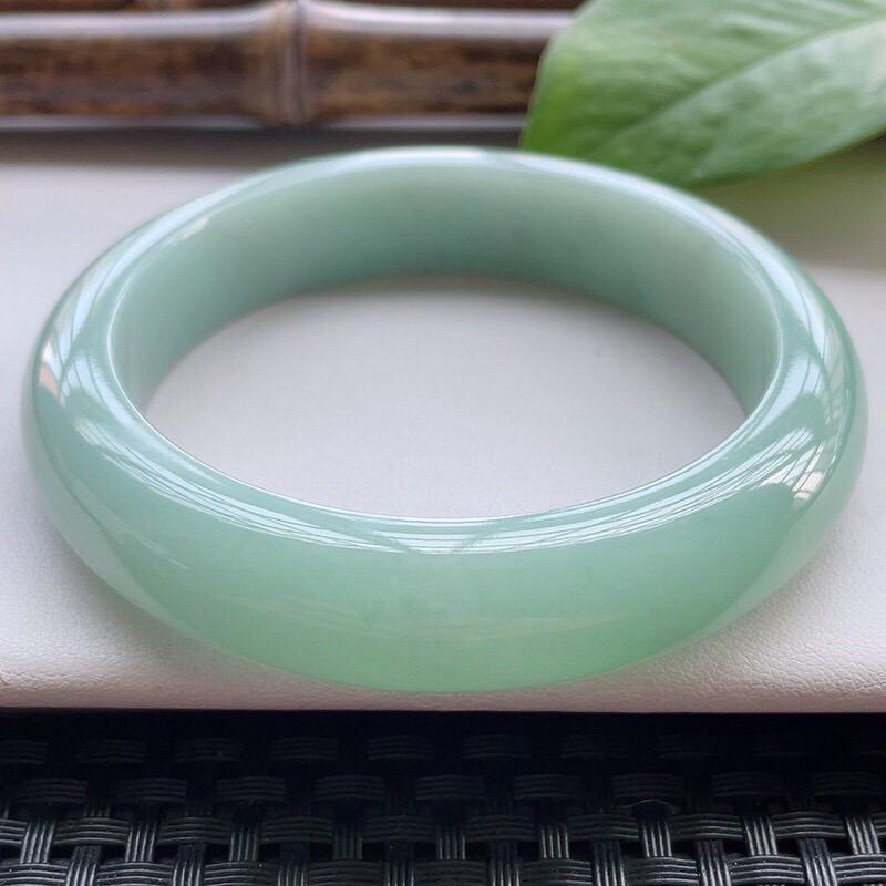 【正圈59大圈口】自然光实拍,天然翡翠A货水润淡绿平安镯,尺寸:59-13.7-9.2mm,重量