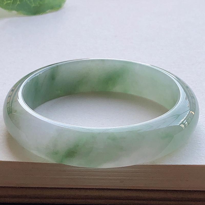 圈口53.4mm,自然光实拍,水润飘绿正圈翡翠手镯,玉质细腻,水润通透,种水好,视觉素雅柔美,上手