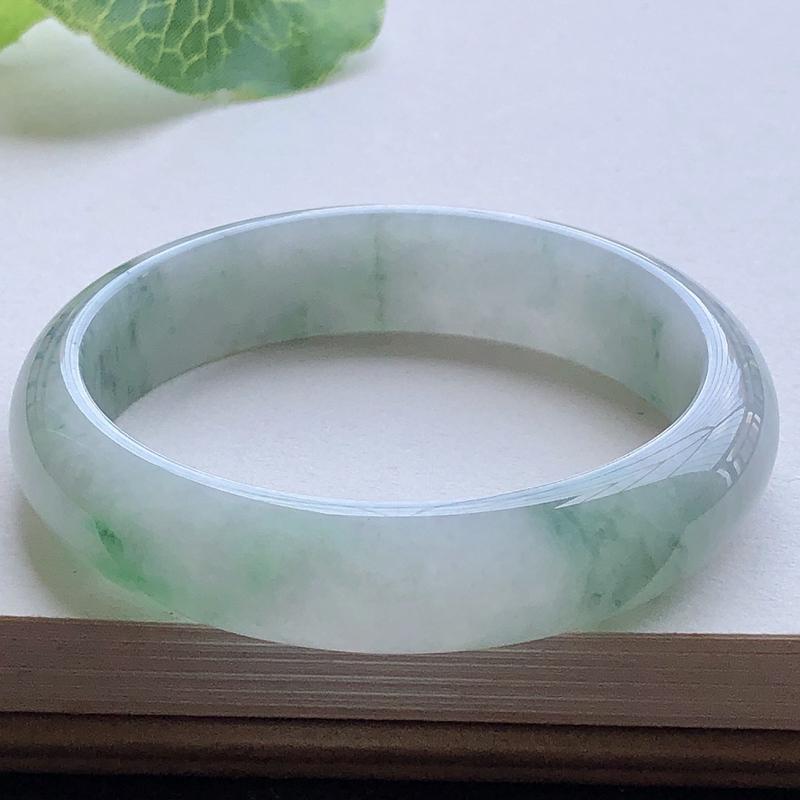 圈口55.9mm自然光实拍,水润飘绿正圈翡翠手镯,玉质细腻,水润通透,种水好,色泽佳,视觉素雅柔美