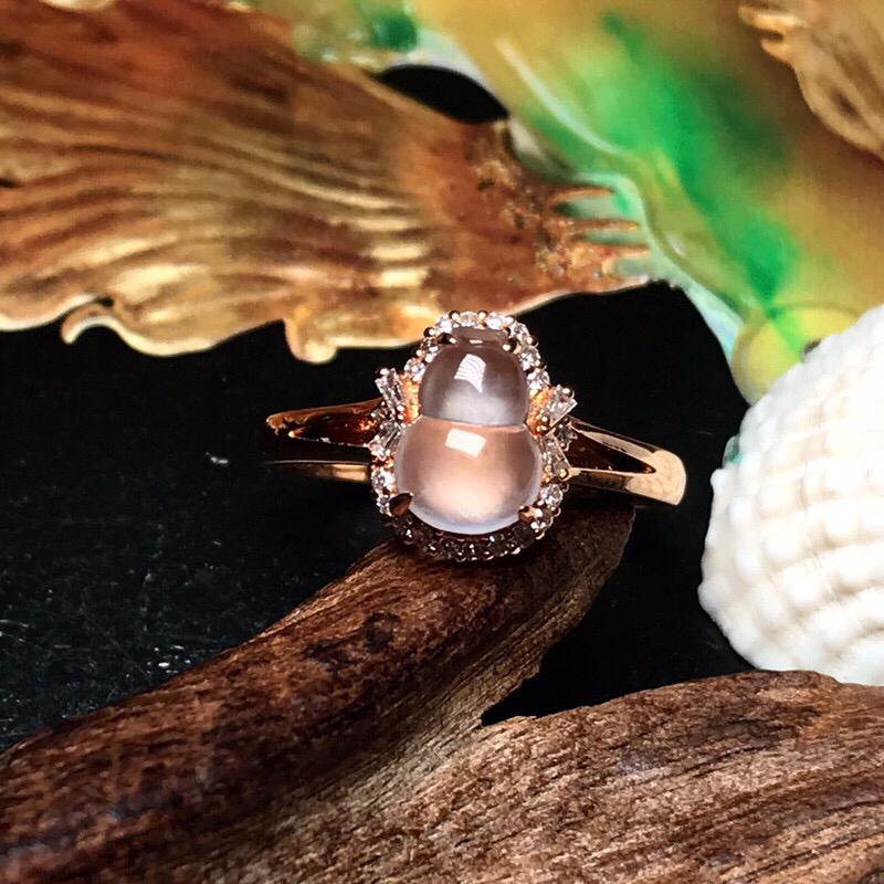 收藏推荐老坑玻璃种小葫芦戒指。纯净度很高,清澈见底。起强荧光,冰润通透,种老起光,荧光感很明显,