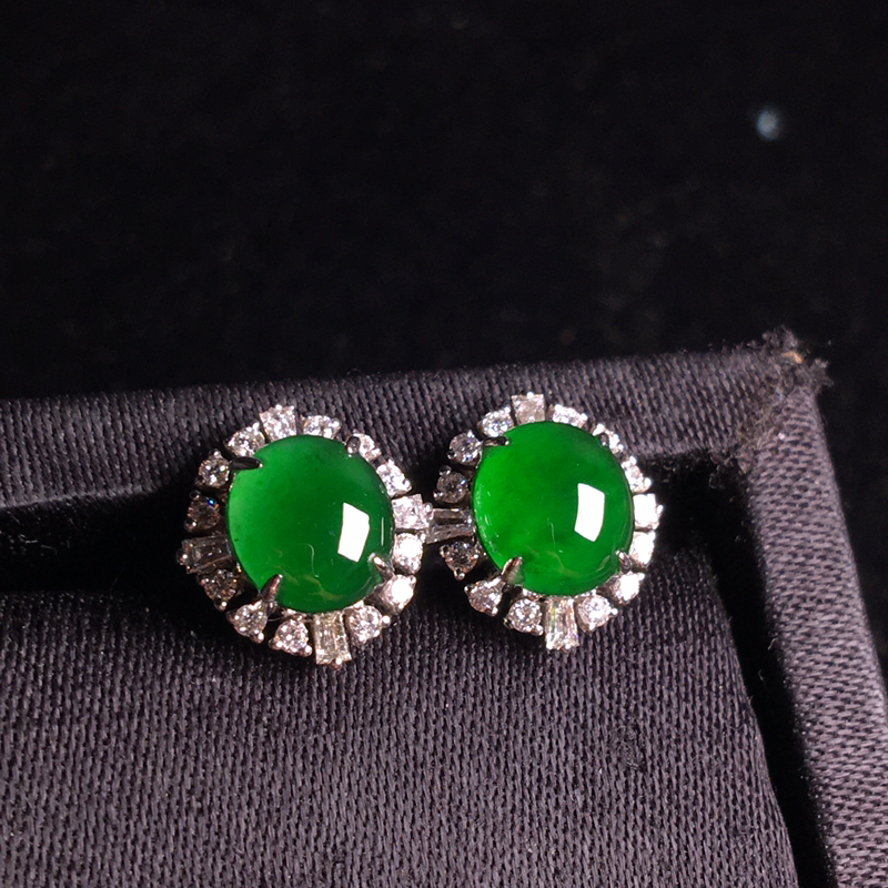 18k金伴钻镶嵌满绿蛋面耳钉,简单大方,翠绿欲滴,种色俱佳,细腻冰透,裸石:7*6*3,整体:12*