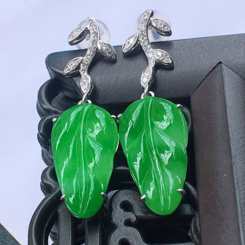 18K金伴钻镶嵌翡翠满绿事业有成耳坠,种水好玉质细腻温润,颜色漂亮。裸石尺寸:16.5*9.0*2.