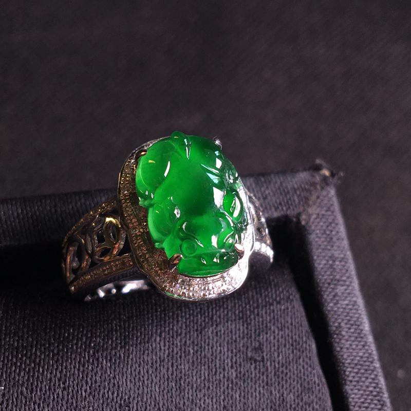 18k金伴钻镶嵌满绿貔貅戒指,细腻冰透,翠绿欲滴,种色俱佳,种好通透,裸石:13*9*3,整体:15