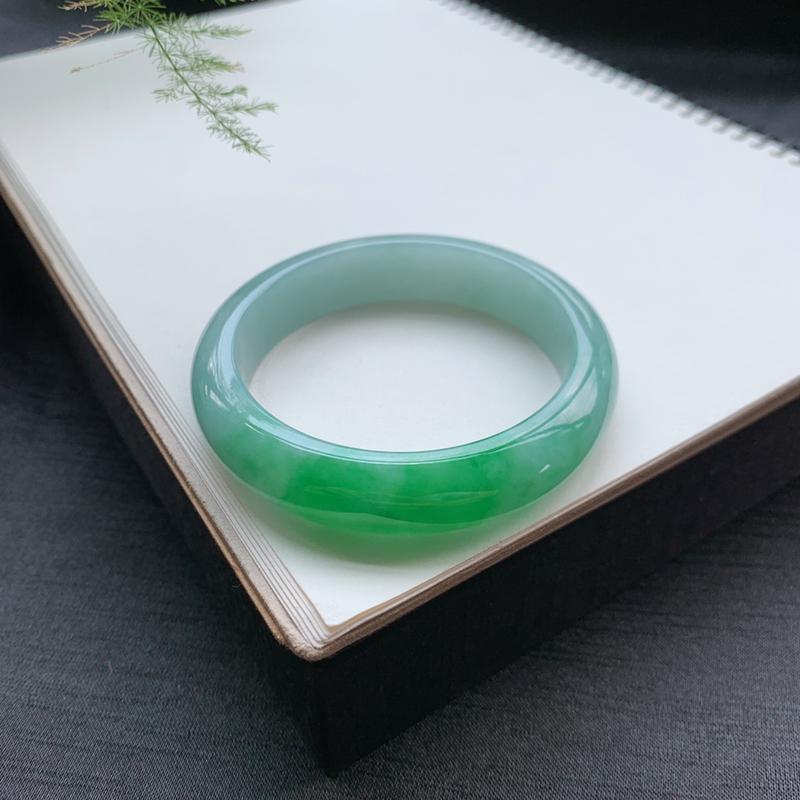57圈口 飘绿正圈手镯 尺寸:57.5/14/8.4。微纹、瑕不掩玉。翠绿色、鲜艳诱人、上手效果好