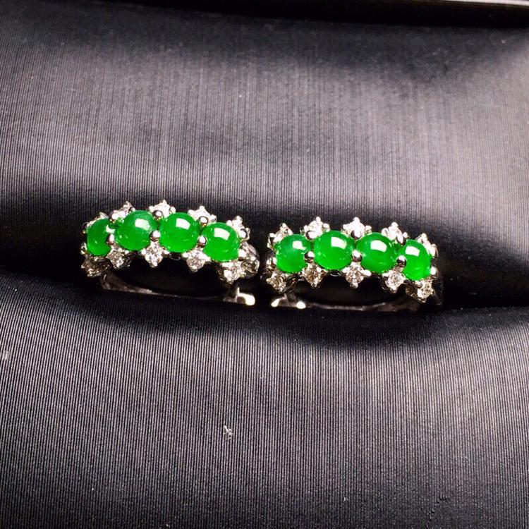 18K金钻精工镶嵌冰种满绿蛋面耳钉 玉质细腻 色泽艳丽 款式新颖时尚精美 整体尺寸11.2*5*2.