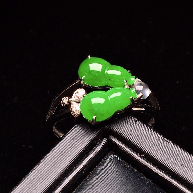 18K金钻精工镶嵌满绿双葫芦戒指 玉质细腻 色泽均匀艳丽饱满 款式时尚唯美 上手亮眼 圈口12.5整