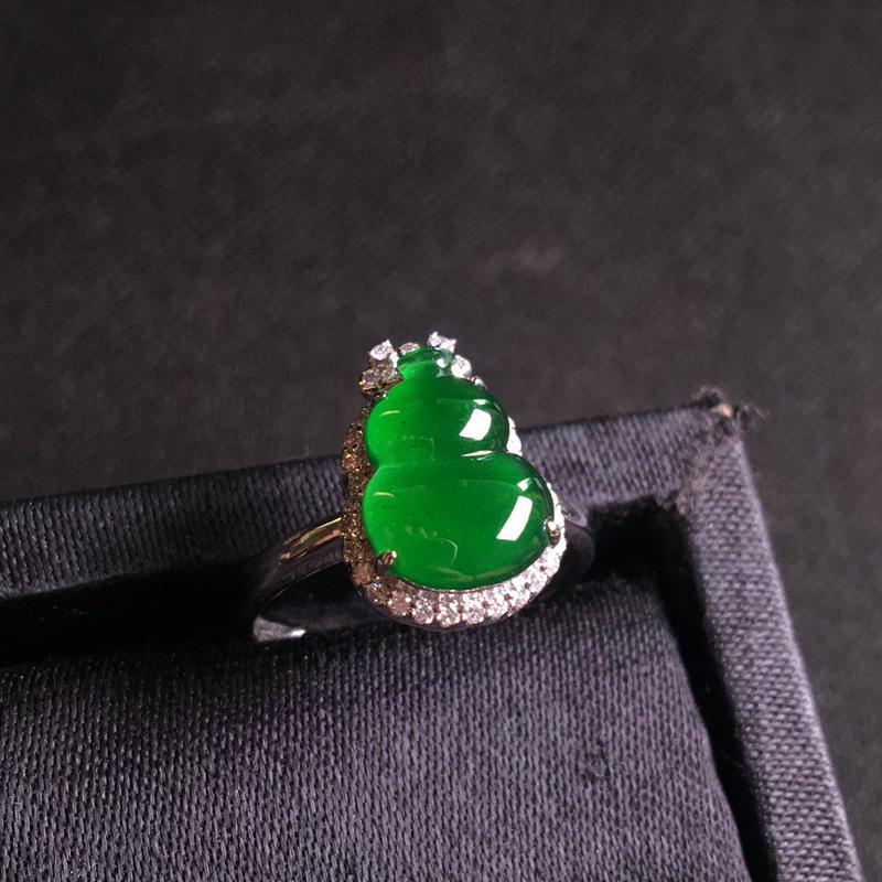 18k金伴钻镶嵌满绿葫芦戒指,翠绿欲滴,种色俱佳,细腻冰透,佩戴精致大方,裸石:11*8*3,整体:
