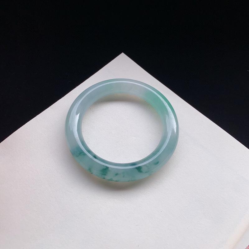 优雅冰飘花圆条手镯57.3mm质地细腻,种好水润,清秀高雅, 佩戴效果迷人