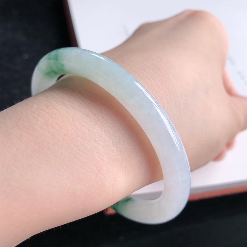 圈口54翡翠a货糯化种飘绿圆条手镯,尺寸:54.3*7.3*7.9mm,无纹裂,种水好,料子细腻
