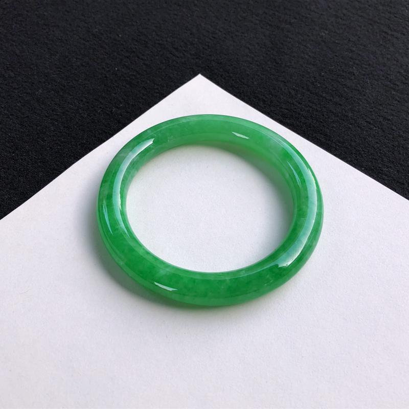 精美阳绿圆条手镯55.9mm质地细腻,种好水润,清秀高雅, 佩戴效果迷人
