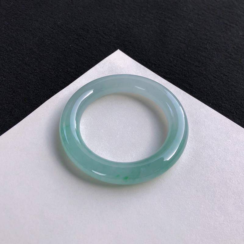 冰润飘绿圆条手镯52mm质地细腻,种好水润,清秀高雅, 佩戴效果迷人