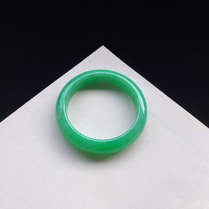 优雅满绿正圈手镯55.3mm质地细腻,种好水润,清秀高雅, 佩戴效果迷人