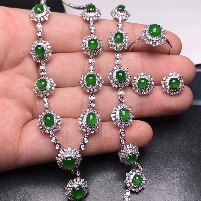 诚意推荐老坑正阳绿辣色套链(项链,手链,耳钉,戒指一套)18K金伴钻重金打造镶嵌而成。整手绿蛋