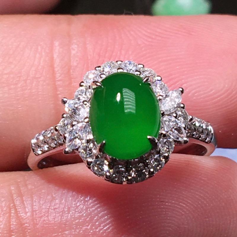严选推荐(正经缅甸料)老坑冰种纯正浓阳绿色翡翠蛋面女戒指,老坑料子,种老起胶,荧光抢眼,盈润通