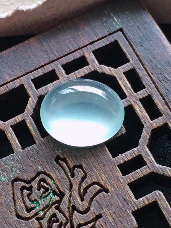 玻璃种蛋面,起荧光,自然光实拍,缅甸a货翡翠,种好通透,水润玉质细腻,雕刻精细,饱满品相佳,
