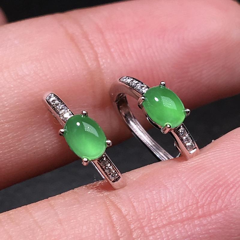 严选推荐老坑冰种果阳绿色翡翠蛋面耳钉,18k金钻镶嵌而成,品相佳,佩戴效果佳,尽显气质。颜色为