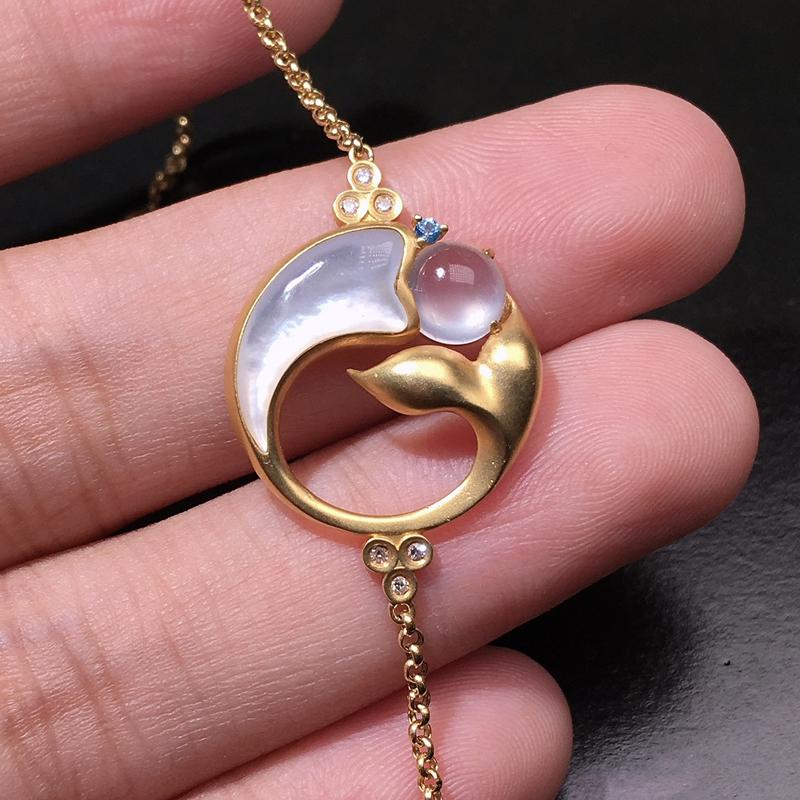 严选推荐老坑玻璃种翡翠蛋面大鱼手链,18k金钻搭配宝石和贝母镶嵌而成,品相佳,佩戴效果佳,尽显