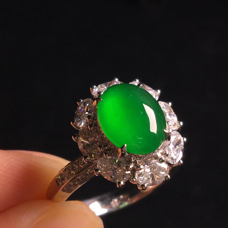 18k金伴钻镶嵌满绿蛋面戒指,细腻冰透起光,种好通透,翠色浓郁,种色俱佳,裸石:9*7*3,整体:1