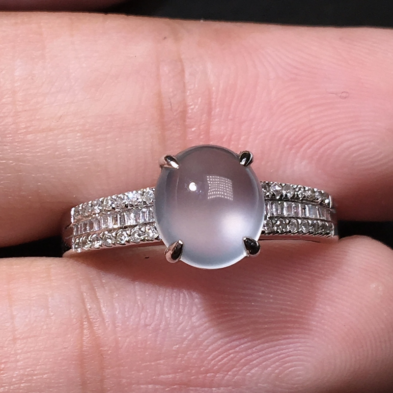 严选推荐老坑纯正玻璃种翡翠蛋面女戒指,18k金钻豪华镶嵌而成,品相佳,佩戴效果出众,尽显气质。