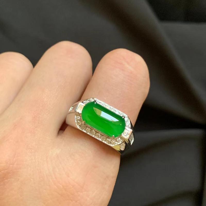 冰种辣绿马鞍戒 种好冰透 色泽艳丽 款式精致  18k金伴钻 裸石13.8-7.2-3mm