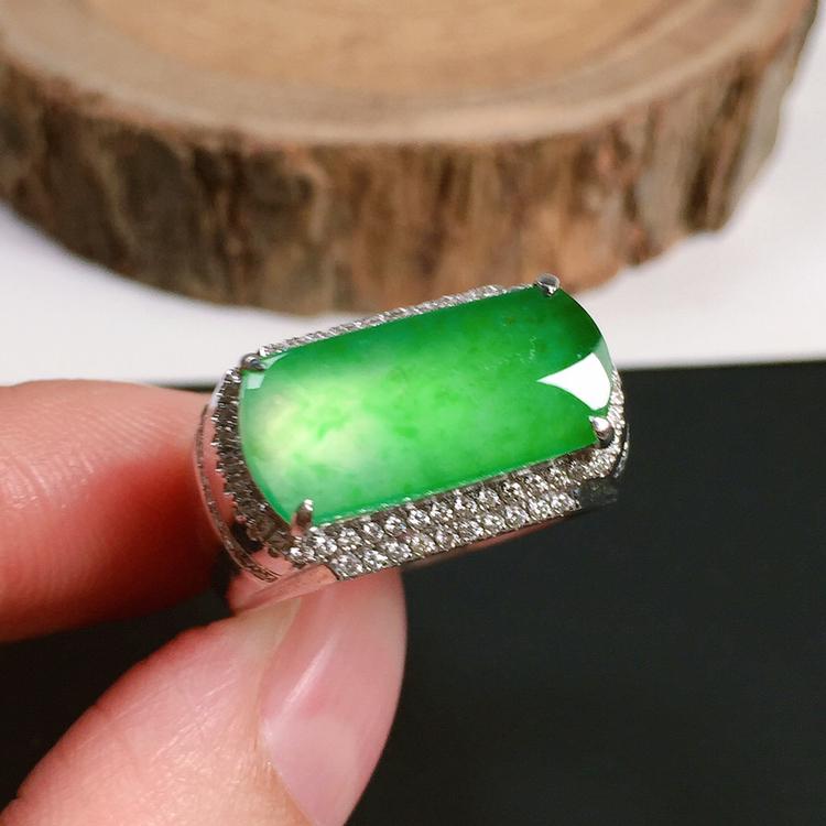 冰种翠绿男戒,种水好,玉质冰透起光,色泽鲜艳,指圈:18#,裸石尺寸:16.2-7.2-3.3