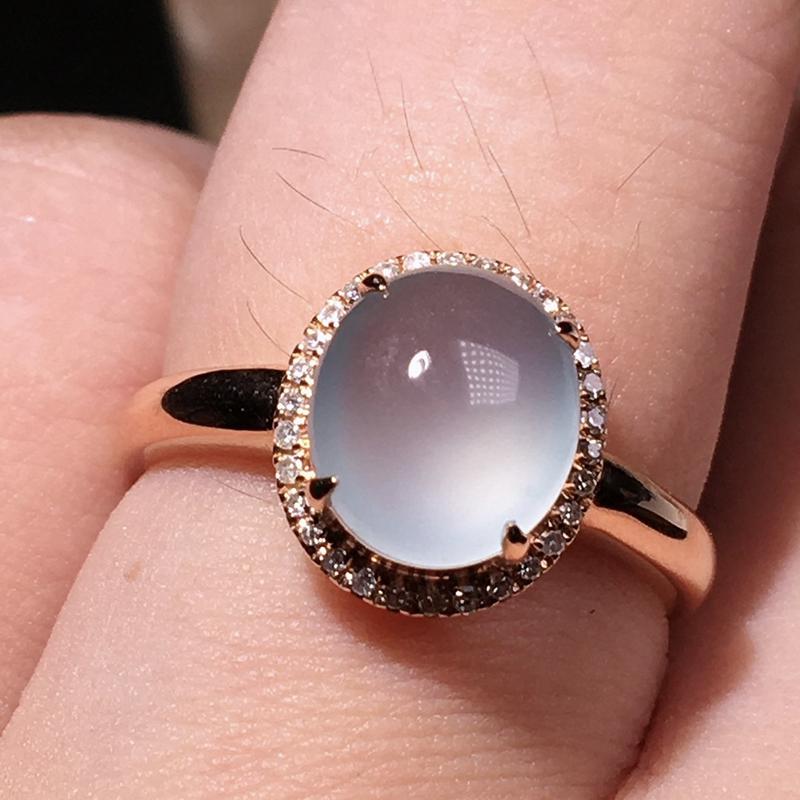 严选推荐老坑玻璃种翡翠蛋面女戒指,18k金钻镶嵌而成,品相佳,佩戴效果佳,尽显气质。种水无可挑