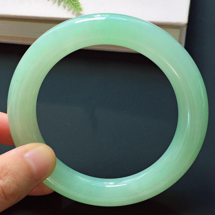 圆条60mm,冰糯种淡绿手镯,冰润饱满,清新贵气