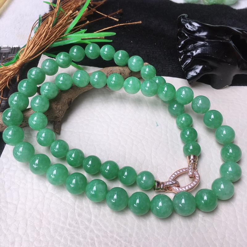 翡翠满色油润油绿大圆珠项链,翡翠佛珠玉链,色泽均匀,种老水足,玉质细腻,单珠:10.8mm,共53颗