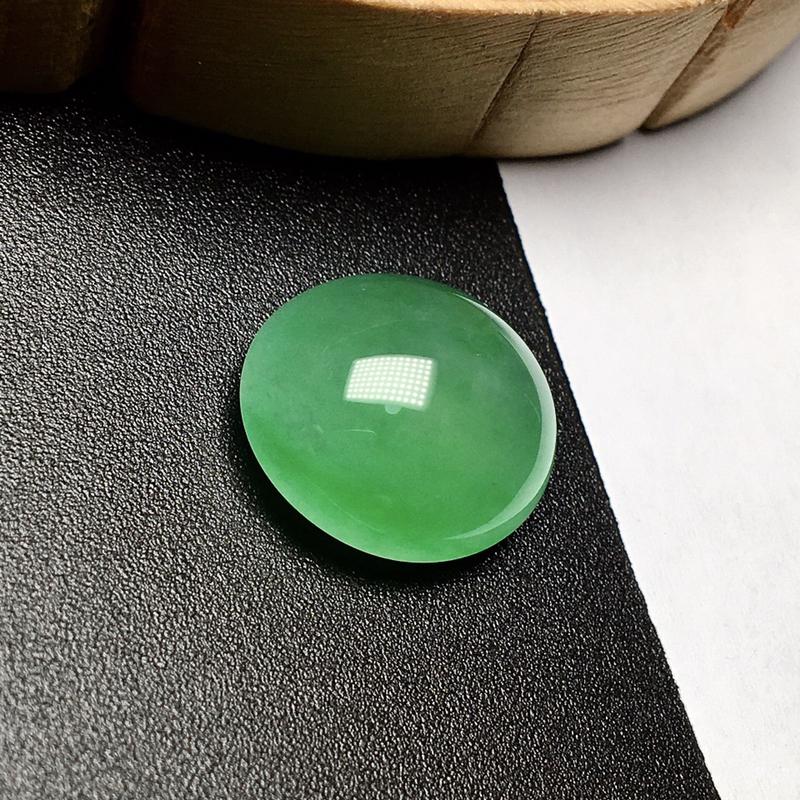 冰种满绿大蛋面裸石。种地上乘,冰感十足,通透闪亮。晶莹通透,珍藏品质。形状也足够饱满,纯净清澈,非常