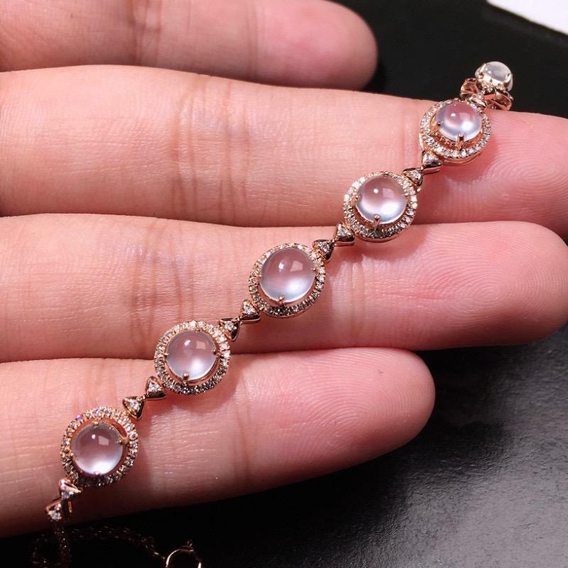 严选推荐老坑玻璃种翡翠蛋面手链,18k金钻精致镶嵌而成,品相佳,佩戴效果出众,尽显气质。种水无