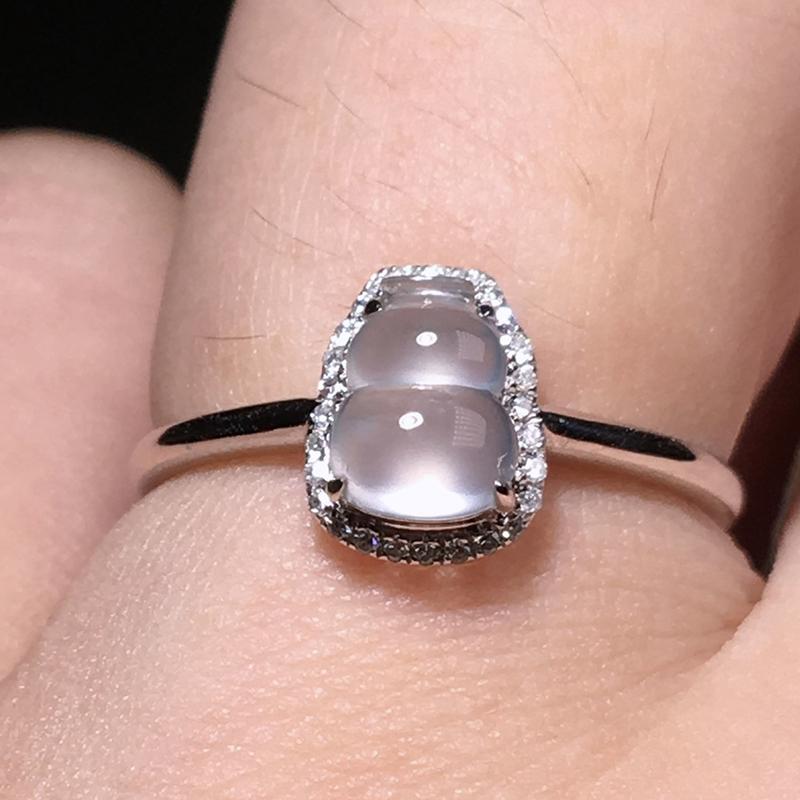 严选推荐老坑玻璃种葫芦女戒指,18k金钻镶嵌而成,品相佳,佩戴效果佳,尽显气质。种水无可挑剔,