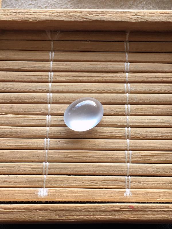 玻璃种戒面,起荧光飘木那棉,自然光实拍,缅甸a货翡翠,种好通透,水润玉质细腻,雕刻精细,饱满品相佳,