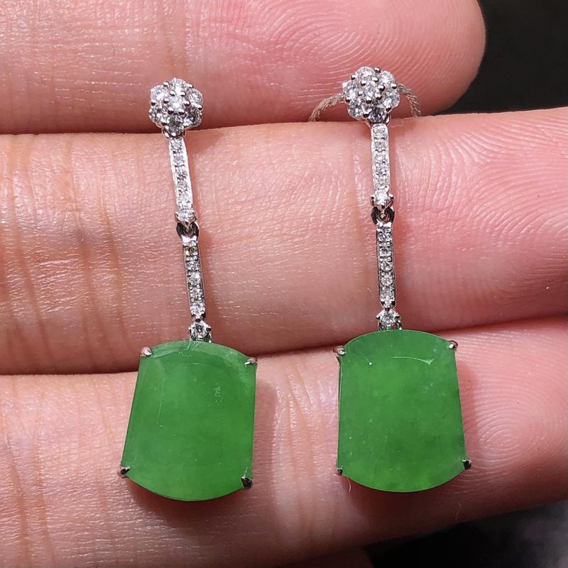 严选推荐老坑冰糯种翠绿色平安无事牌耳坠,18k金钻镶嵌而成,品相佳,佩戴效果出众,尽显气质。种