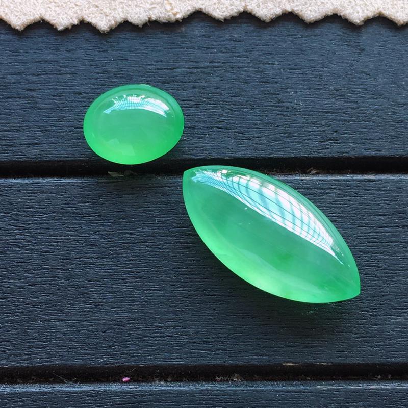 冰种阳绿随形蛋面一套,自然光实拍,缅甸a货翡翠,种好通透,起荧光,颜色艳丽迷人,种色高档,镶嵌超赞,