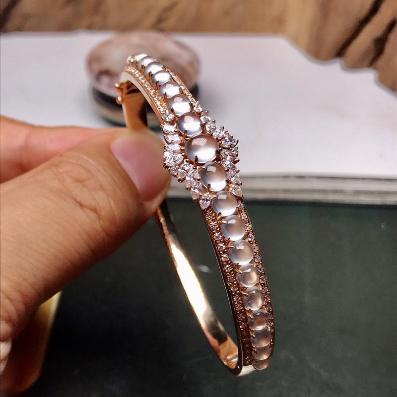 豪华镶嵌,老坑玻璃种小蛋面组合,18K金钻豪华搭配,奢美手镯。小蛋面品质很高,颗颗晶莹剔透,钻石搭配