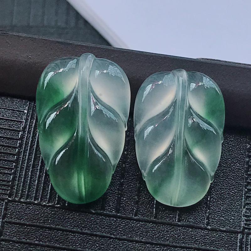 翡翠冰种飘花叶子裸石镶件一对,种水好玉质细腻温润,种老花色漂亮。尺寸:21.5*13.1*3.6mm