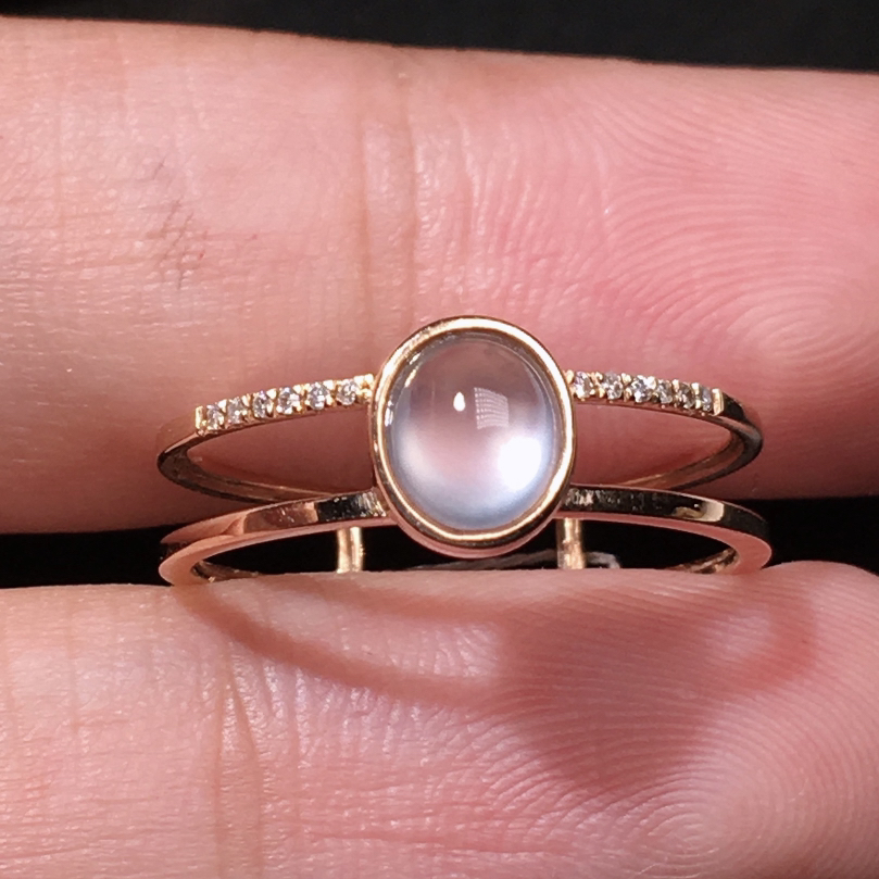严选推荐老坑玻璃种翡翠小蛋面女戒指,18k金钻镶嵌而成,品相佳,佩戴效果出众,尽显气质。种水无