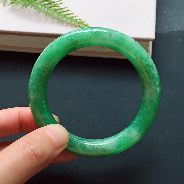 圆条54mm,豆种满绿手镯,底子缜密,生机盎然