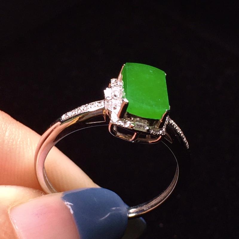 18K金钻加宝石镶嵌满绿无事牌戒指 玉质细腻 色泽均匀艳丽 款式优雅知性 时尚唯美 圈口14整体尺寸