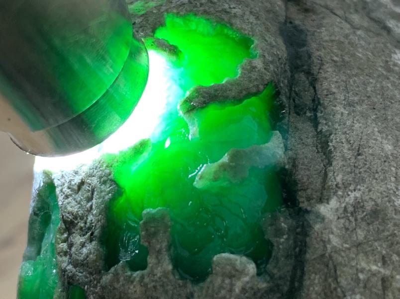 1.47公斤精品莫西沙开窗色料 皮壳老道  开窗位色浓色辣 可直接取蛋面 还可以继续往里博色,极力推