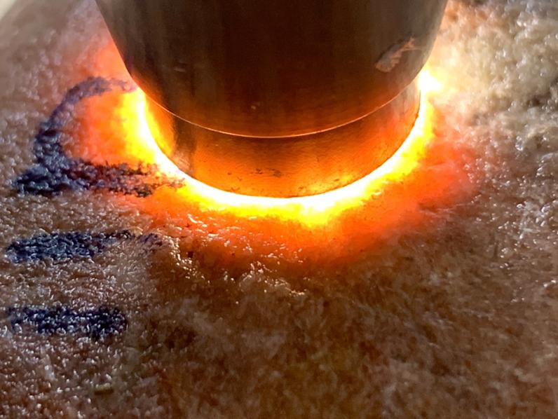 2.21公斤老坑木那杨梅皮全赌料,皮壳细腻带油性,沙粒均匀,皮壳紧凑,打灯有红雾层出现,主要玩雾,喜