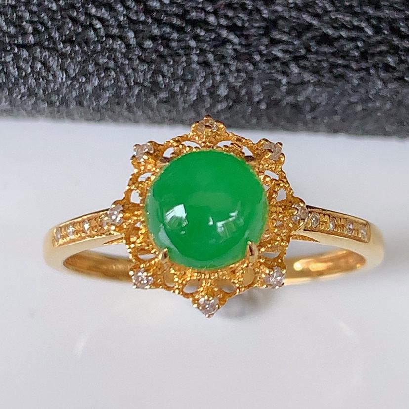自然光实拍~18k金伴钻镶嵌满绿翡翠戒指,沁人心脾,豪华镶嵌而成,佩戴效果大气出众,尽显气质。种水好