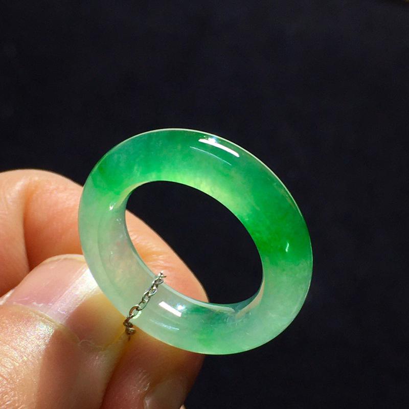 冰种飘绿指环,尺寸:5.9/4.2  圈号9  内径15 种好冰透 色泽艳丽 款式精美