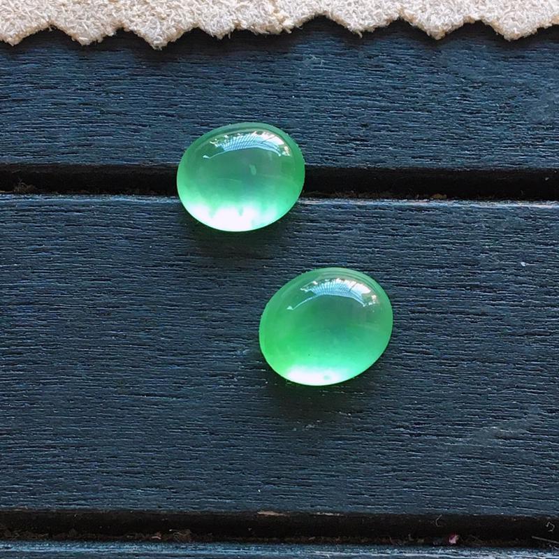 木那冰种阳绿蛋面一对,自然光实拍,种好通透,起荧光,花色翠绿,精致饱满,镶嵌效果超赞