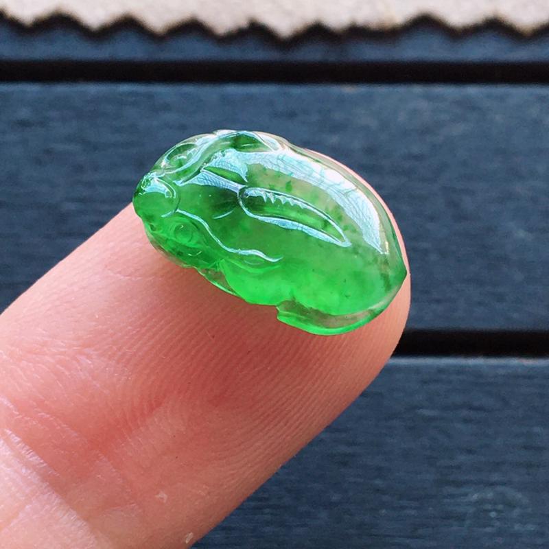 冰阳绿貔貅,自然光实拍,种好通透,起荧光,颜色艳丽,精致迷人,灵气十足,镶嵌超赞