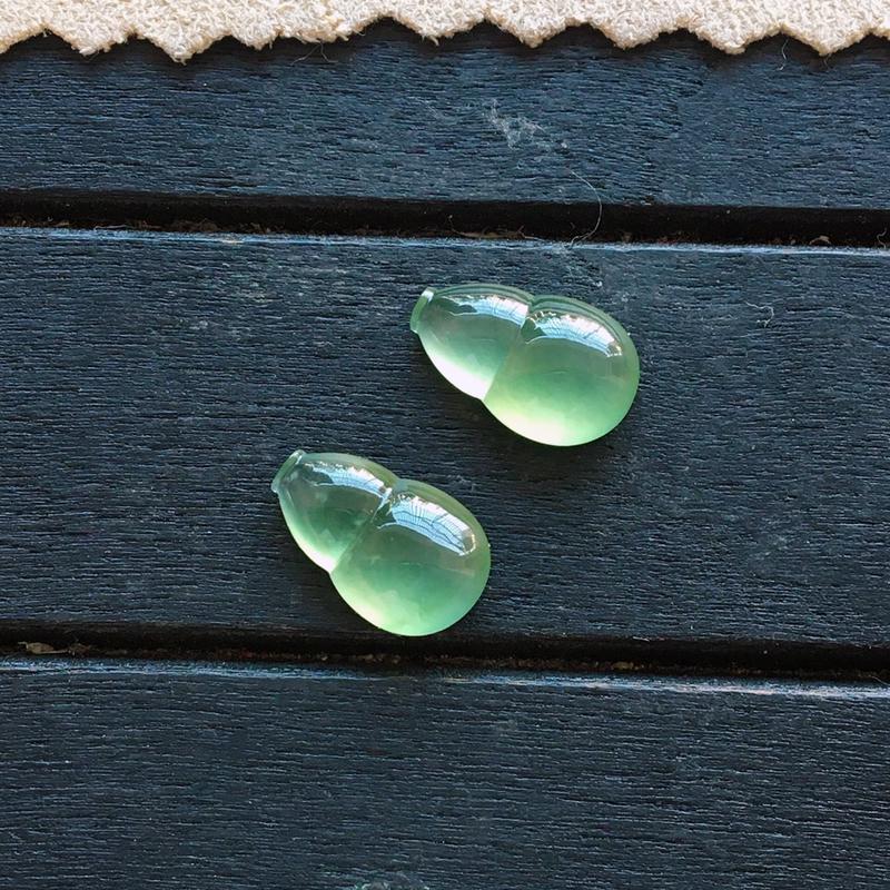冰绿葫芦一对,自然光实拍,种好通透,起荧光,颜色清雅独特,莹润光泽,精致迷人,镶嵌超赞