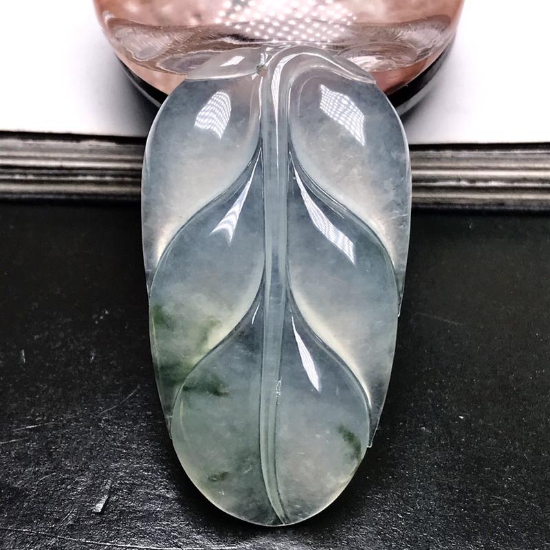 行家货冰种飘花大树叶。尺寸难得,原料达到冰种,质地冰润通透,细腻起胶,冰感十足,起明显荧光。形状
