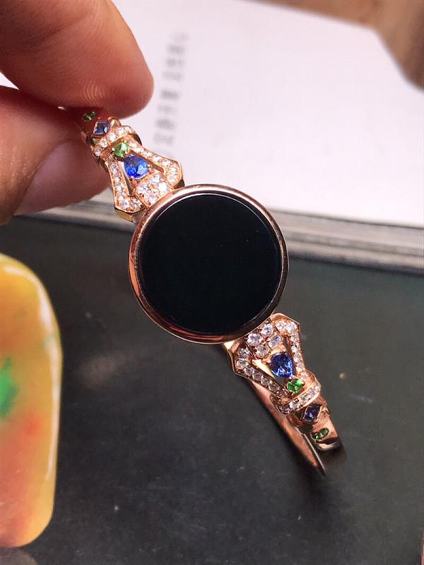 行家货冰种墨翠圆无事牌镶嵌而成的精美手镯,质地细腻冰润,黑度上佳,打灯通透,纯净无瑕。18K金钻