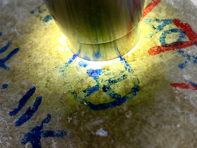 783克南齐全赌种水料,皮壳沙粒较细,局部有蜡皮壳,皮壳非常紧,压灯有黄雾层出现,水头足,主要博裂,